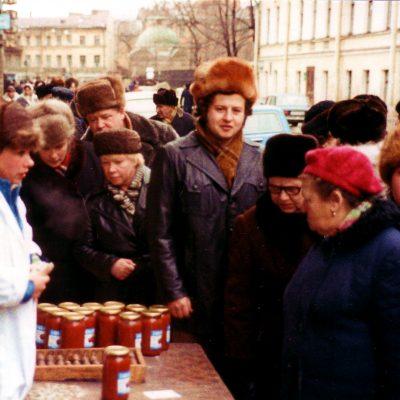 29.Selling bottled tomatoes on Kuznechnyy Alley, Leningrad. 4 December 1983